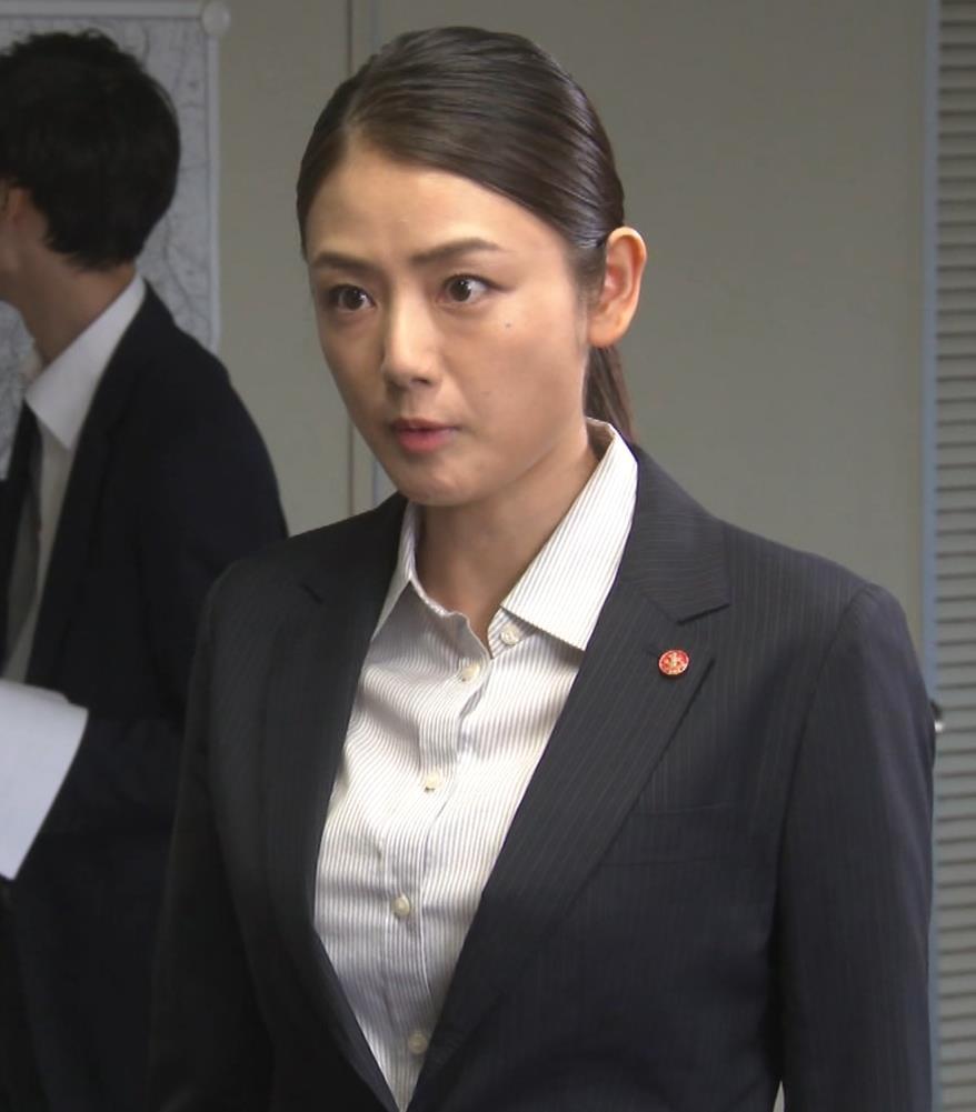 片山萌美 刑事ドラマのスーツ姿キャプ・エロ画像13