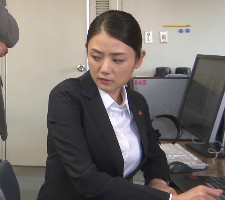 片山萌美 刑事ドラマのスーツ姿キャプ・エロ画像14