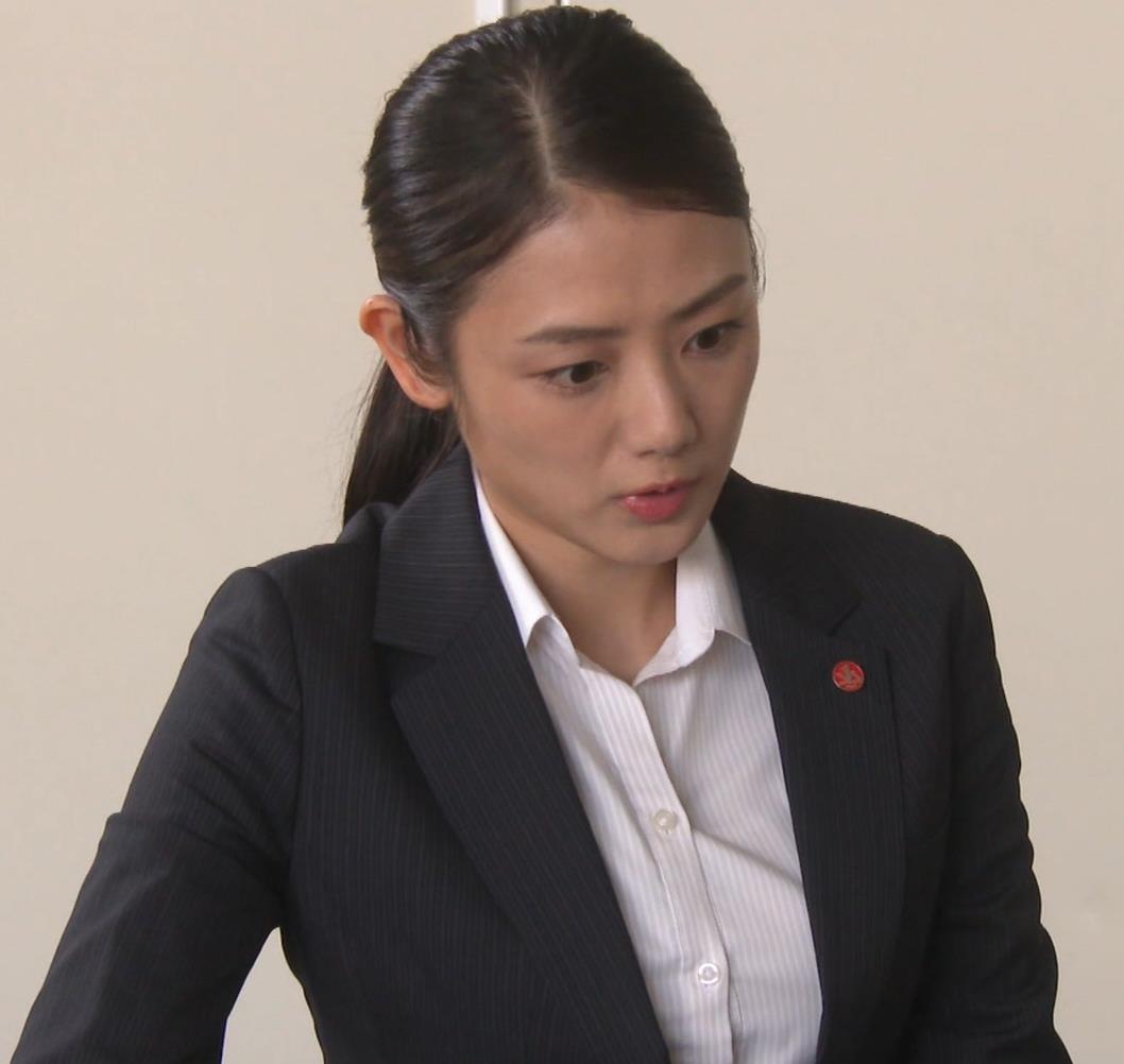 片山萌美 刑事ドラマのスーツ姿キャプ・エロ画像4