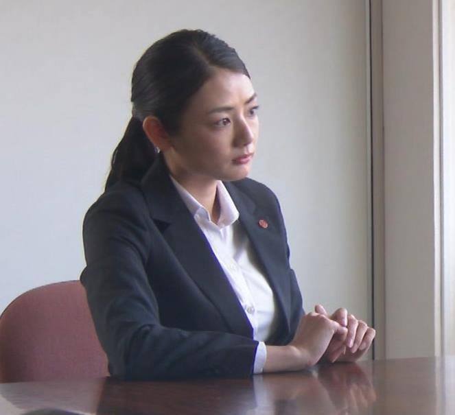 片山萌美 刑事ドラマのスーツ姿キャプ・エロ画像7