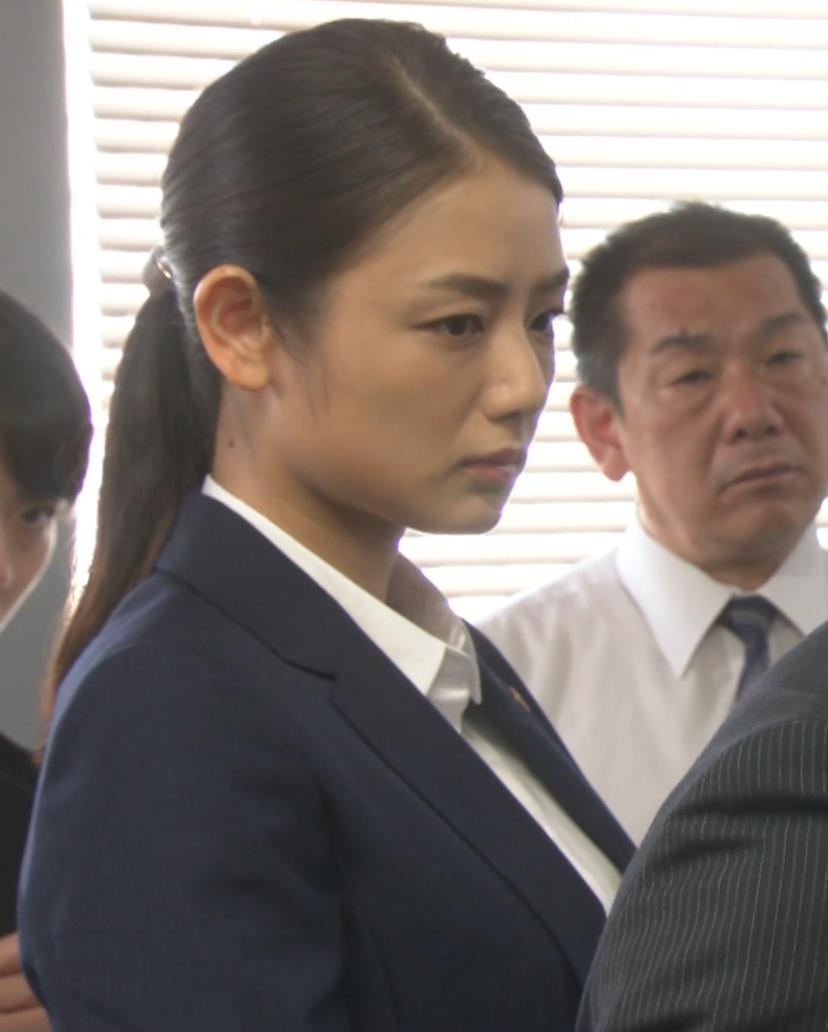 片山萌美 刑事ドラマのスーツ姿キャプ・エロ画像8