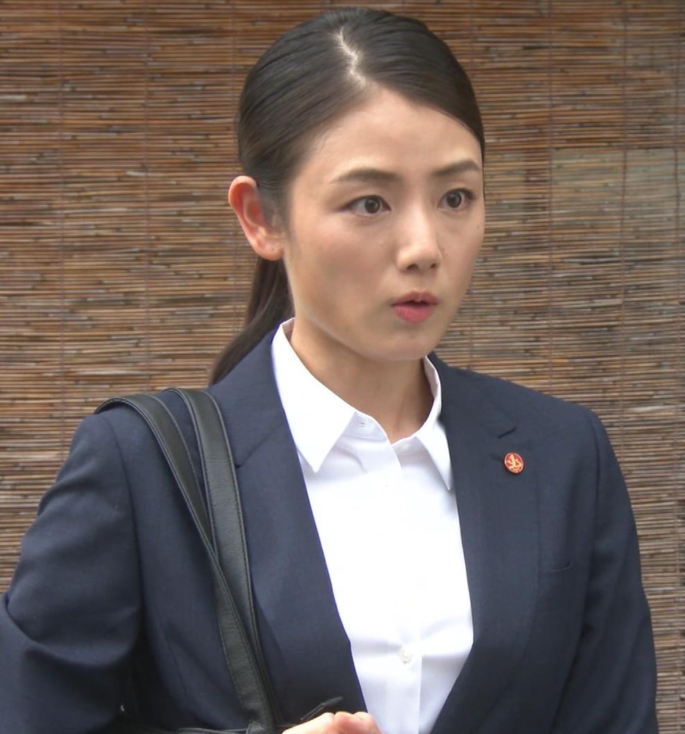片山萌美 刑事ドラマのスーツ姿キャプ・エロ画像9