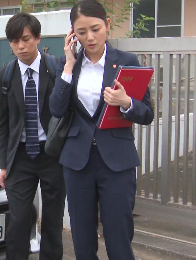 片山萌美 刑事ドラマのスーツ姿キャプ・エロ画像10