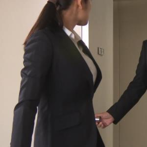 片山萌美 刑事ドラマのスーツ姿