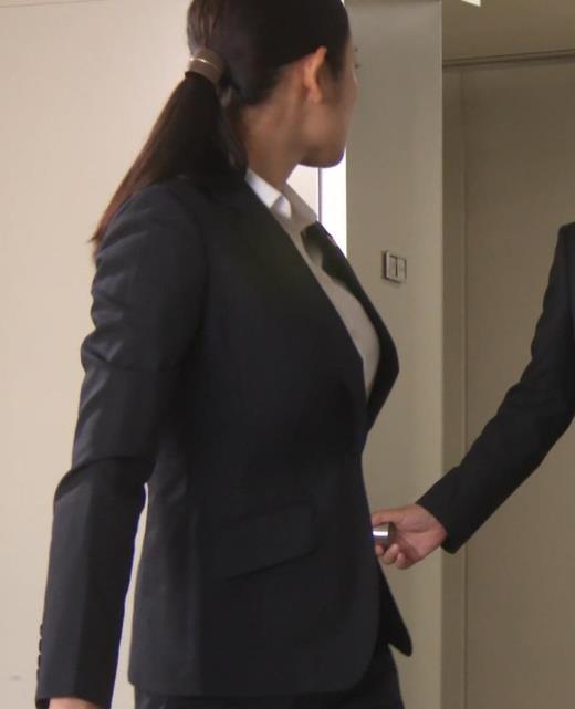 片山萌美 刑事ドラマのスーツ姿キャプ画像(エロ・アイコラ画像)