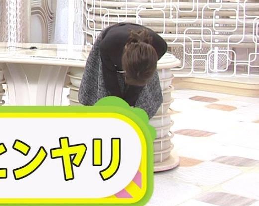 アナ ひざ上ミニスカートで美脚披露キャプ・エロ画像6