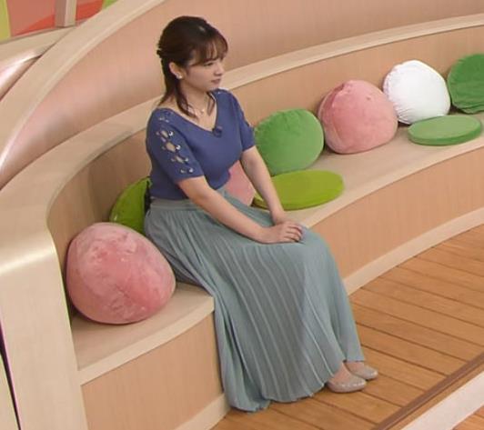 河出奈都美アナ ニットおっぱいキャプ・エロ画像2