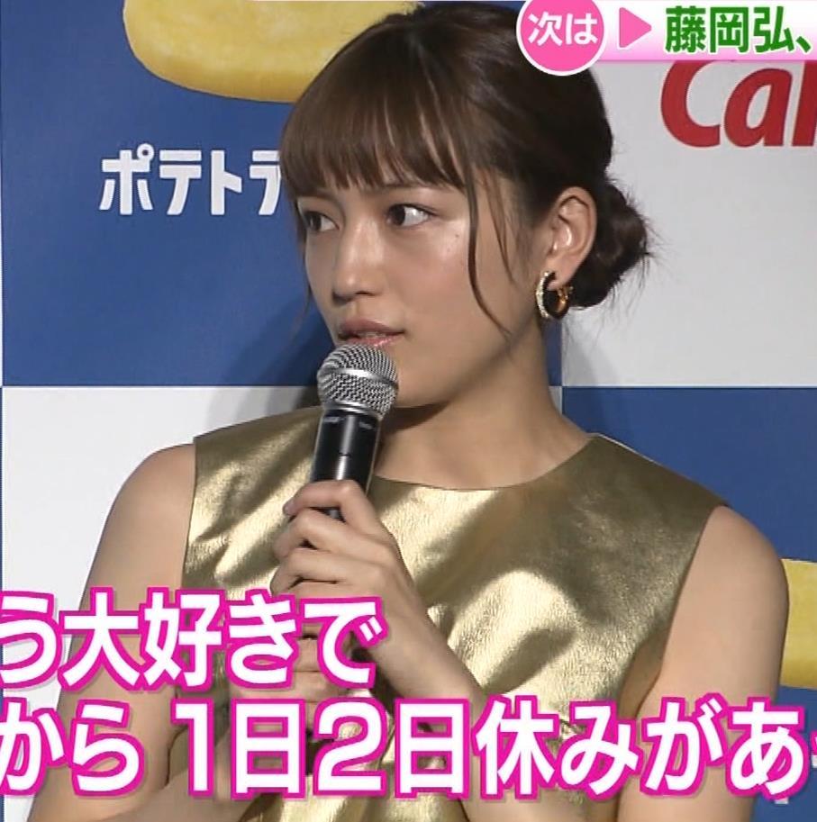 川口春奈 かわいい金ぴかノースリーブキャプ・エロ画像