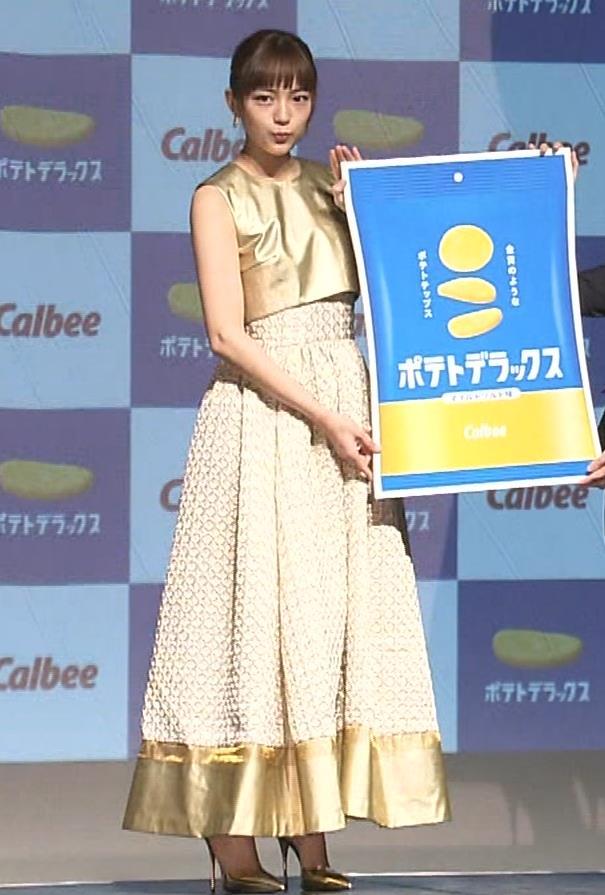 川口春奈 かわいい金ぴかノースリーブキャプ・エロ画像2