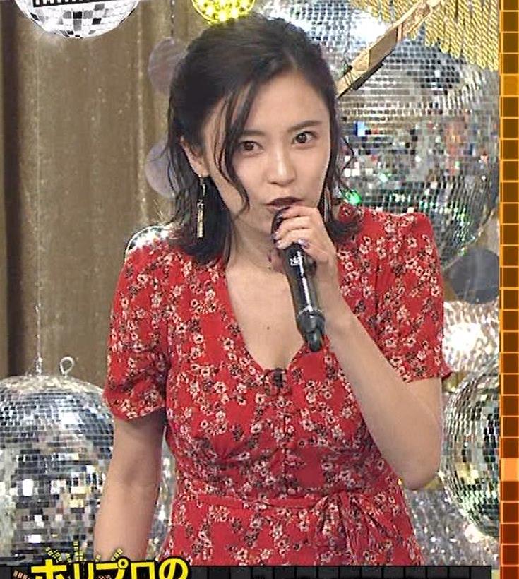 小島瑠璃子 胸元露出エロキャプ・エロ画像