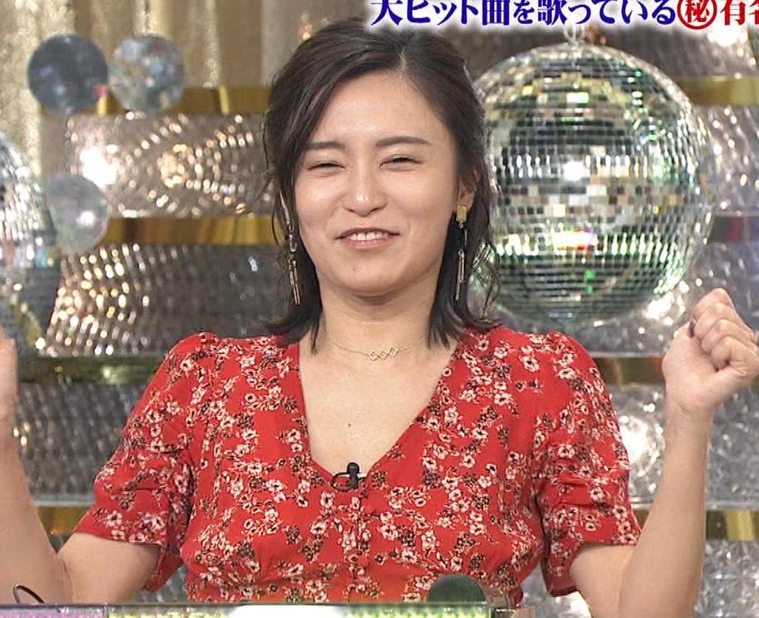 小島瑠璃子 胸元露出エロキャプ・エロ画像11