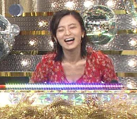 小島瑠璃子 胸元露出エロキャプ・エロ画像3
