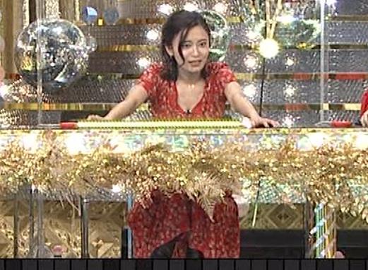 小島瑠璃子 胸元露出エロキャプ・エロ画像5