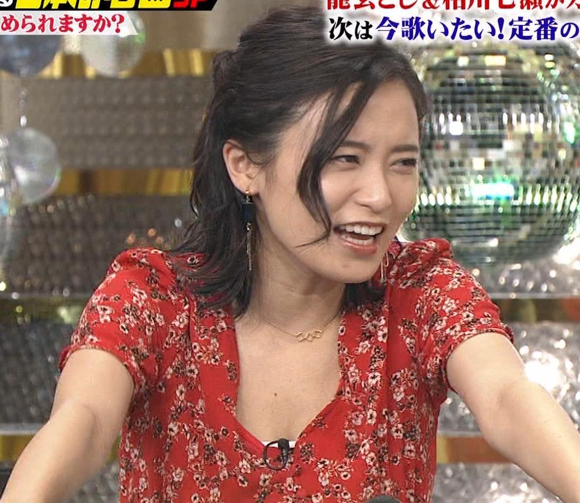小島瑠璃子 胸元露出エロキャプ・エロ画像7