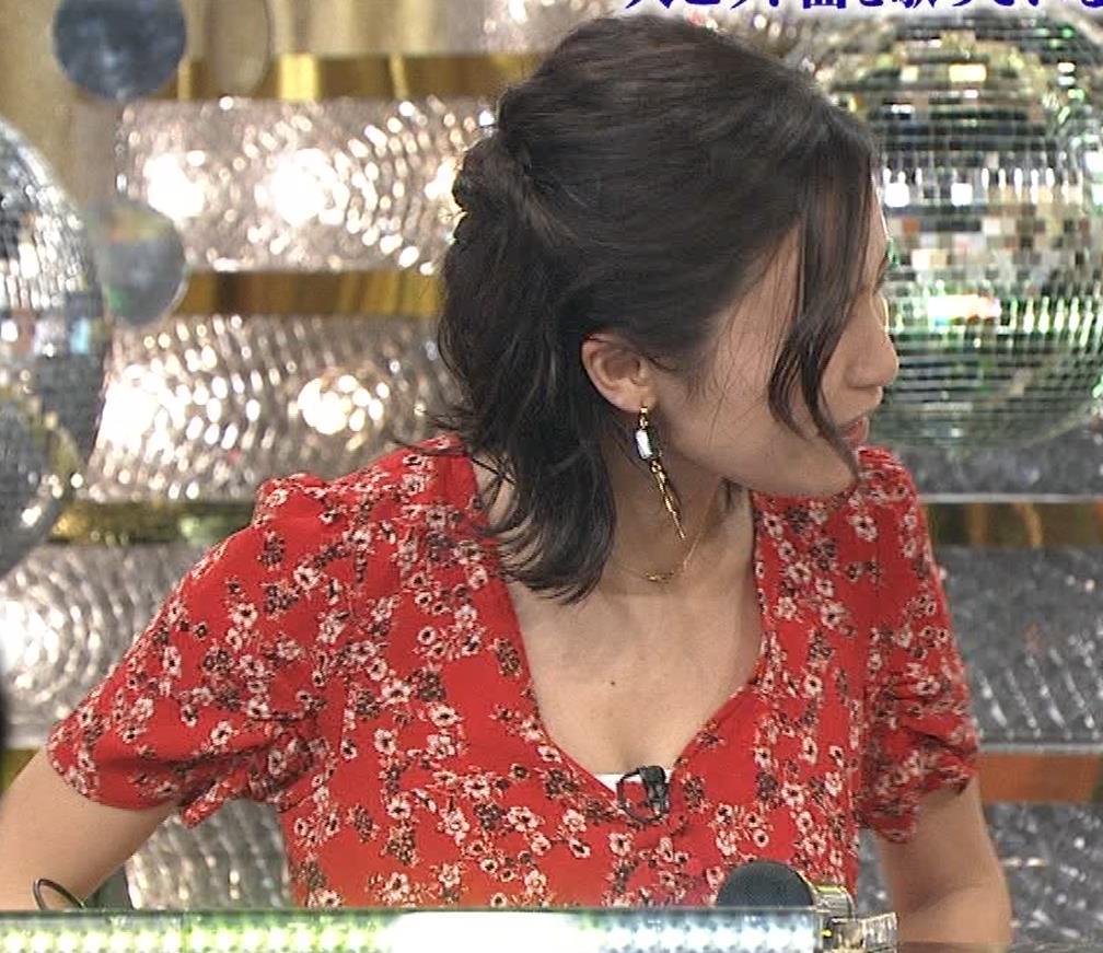 小島瑠璃子 胸元露出エロキャプ・エロ画像9