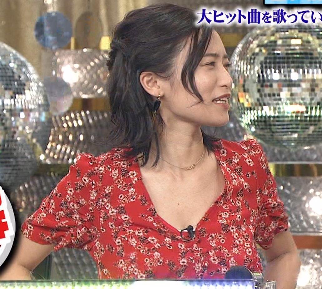 小島瑠璃子 胸元露出エロキャプ・エロ画像10