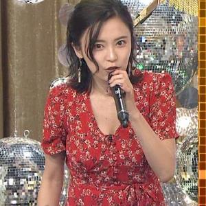 小島瑠璃子 胸元露出エロ