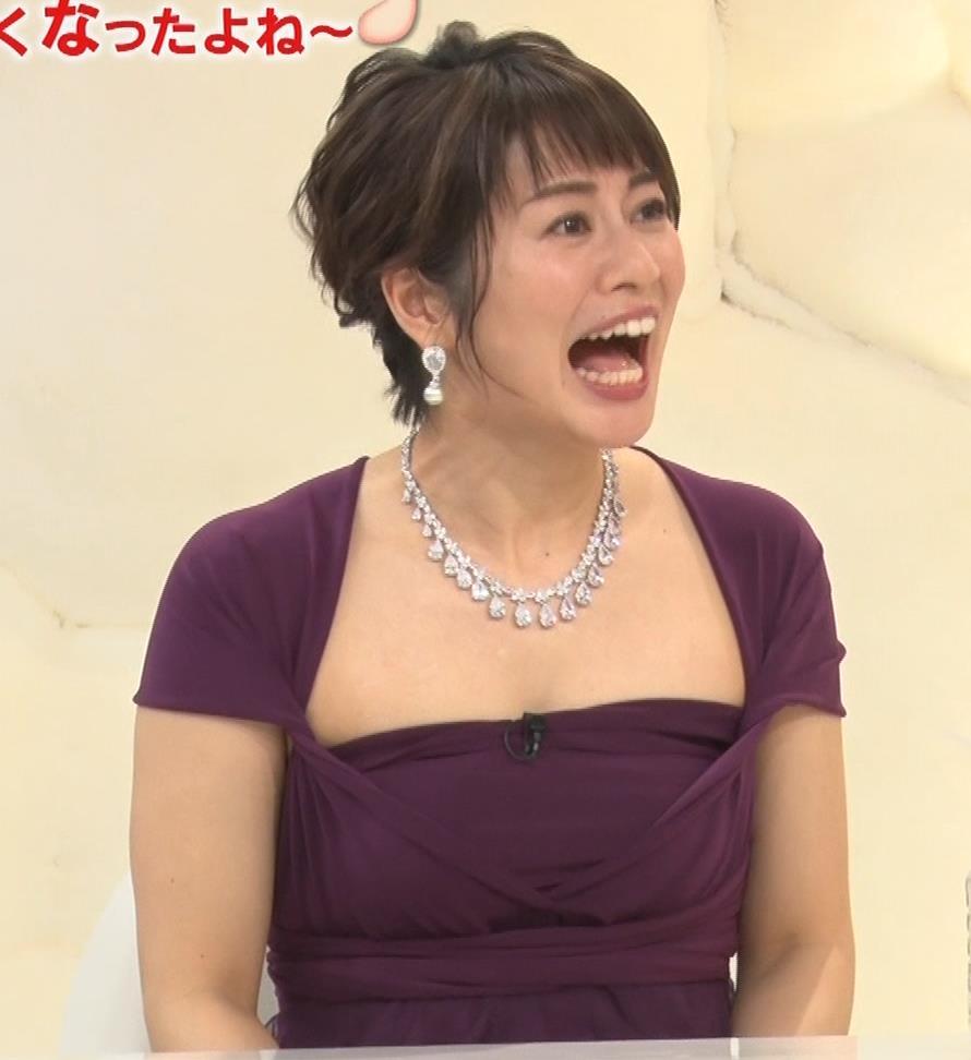 アナ セクシードレスの横乳の谷間キャプ・エロ画像3