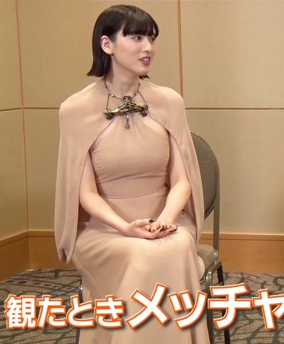 三吉彩花 またエロい。裸に見えるような色でタイトな衣装キャプ・エロ画像3