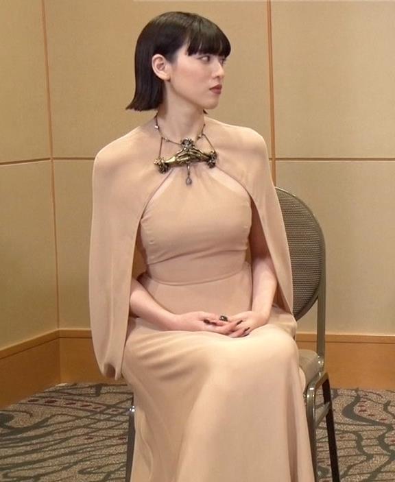 三吉彩花 またエロい。裸に見えるような色でタイトな衣装キャプ・エロ画像4
