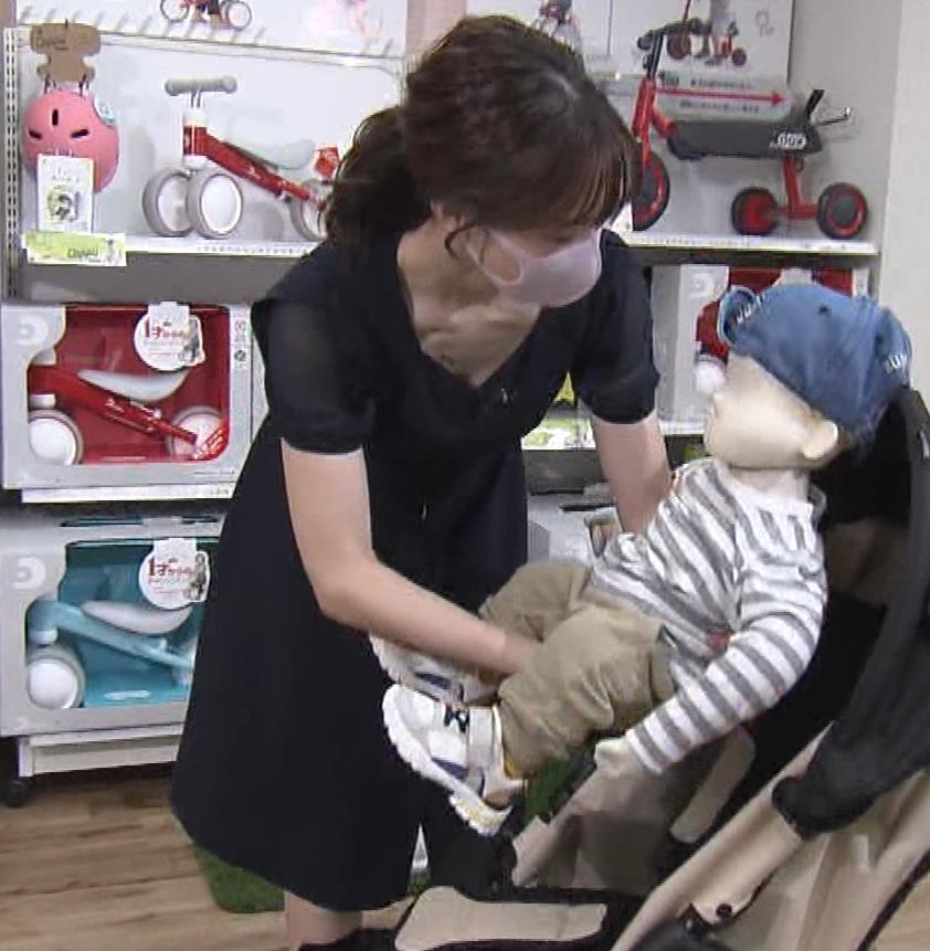 森香澄アナ 前かがみ胸チラキャプ・エロ画像2