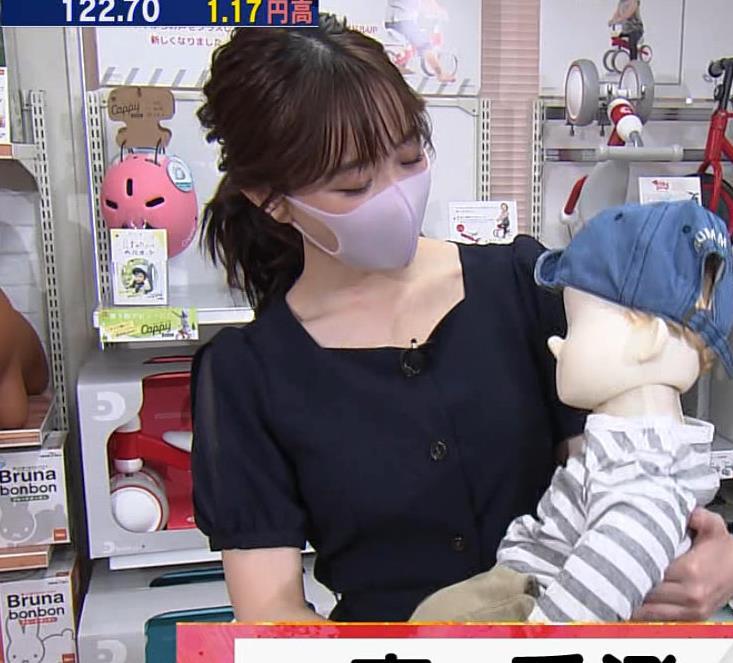 森香澄アナ 前かがみ胸チラキャプ・エロ画像3