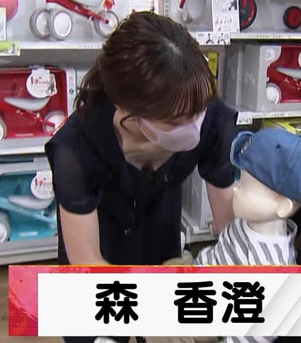 森香澄アナ 前かがみ胸チラキャプ・エロ画像4