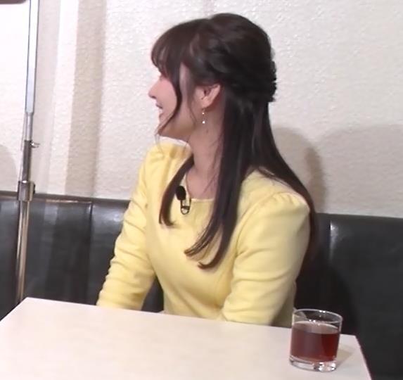 野村彩也子アナ おっぱいが際立つ衣装キャプ・エロ画像