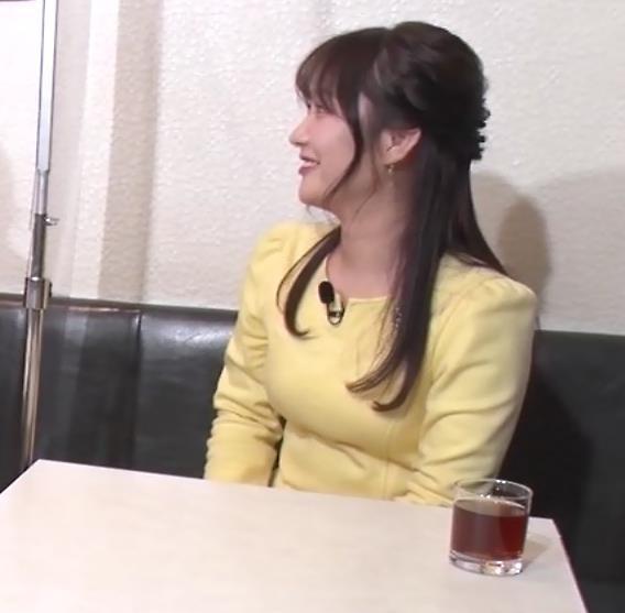 野村彩也子アナ おっぱいが際立つ衣装キャプ・エロ画像3