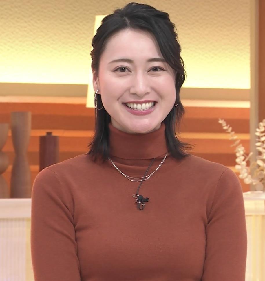 小川彩佳 ピチピチな衣装でおっぱいが大変な事に…キャプ・エロ画像15