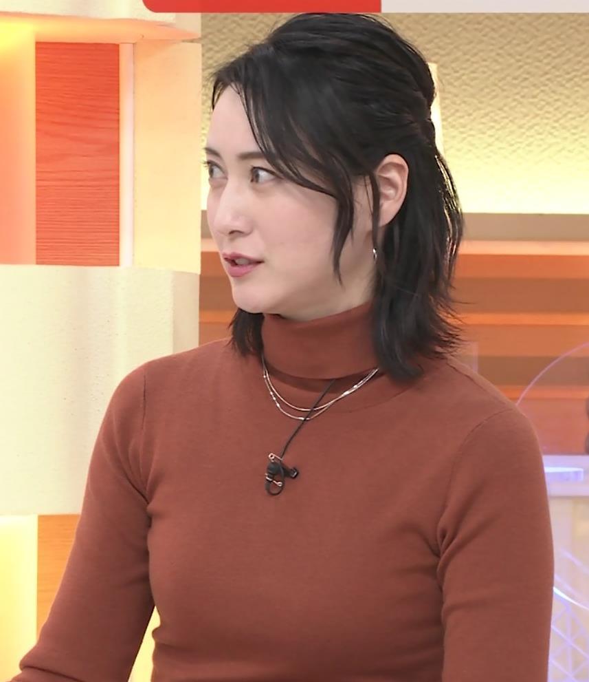 小川彩佳 ピチピチな衣装でおっぱいが大変な事に…キャプ・エロ画像3