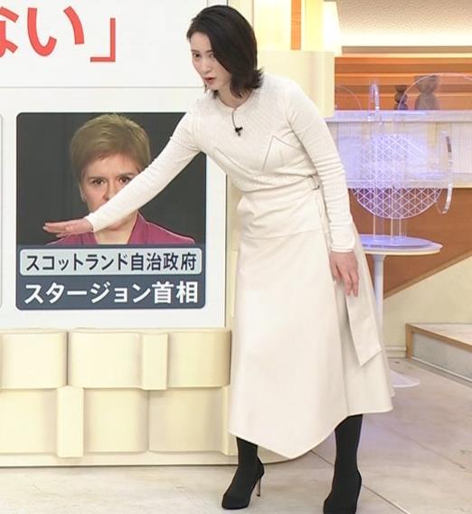 小川彩佳アナ タイトな衣装キャプ・エロ画像4