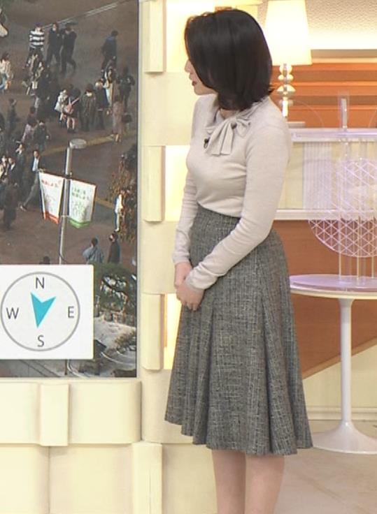小川彩佳 形のいい横乳キャプ・エロ画像16