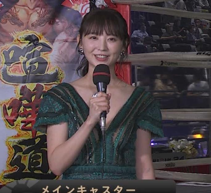 おのののか 格闘技中継での胸元露出ドレスキャプ・エロ画像