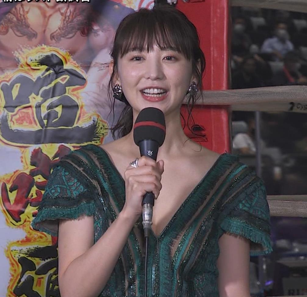 おのののか 格闘技中継での胸元露出ドレスキャプ・エロ画像3