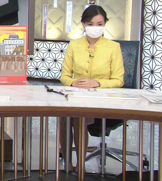 大江麻理子アナ 机の下のミニスカ美脚キャプ・エロ画像2