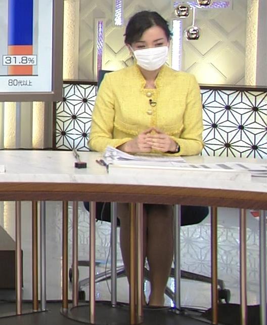 大江麻理子アナ 机の下のミニスカ美脚キャプ・エロ画像4