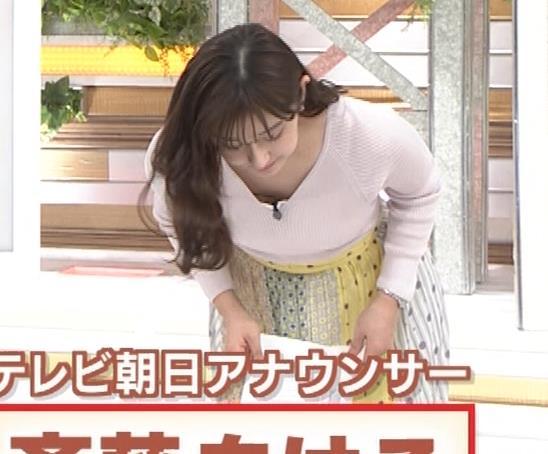 斎藤ちはるアナ 前かがみでちょっと胸元チラキャプ・エロ画像2