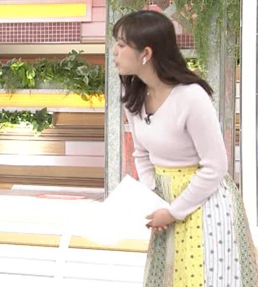 斎藤ちはるアナ 前かがみでちょっと胸元チラキャプ・エロ画像5