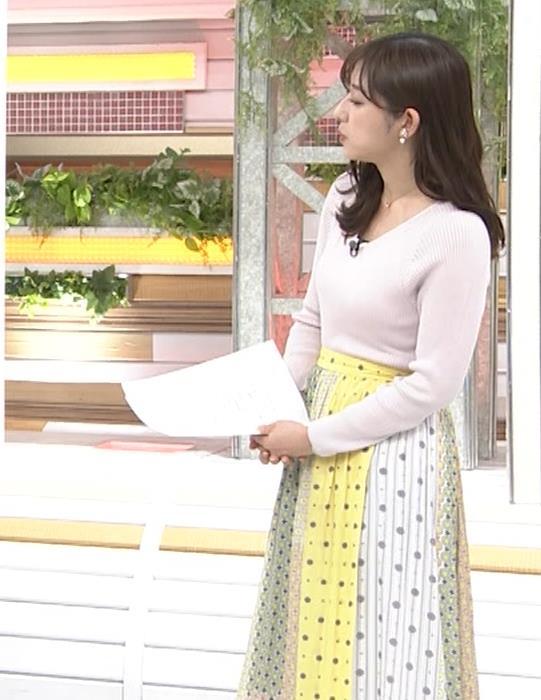 斎藤ちはるアナ 前かがみでちょっと胸元チラキャプ・エロ画像6