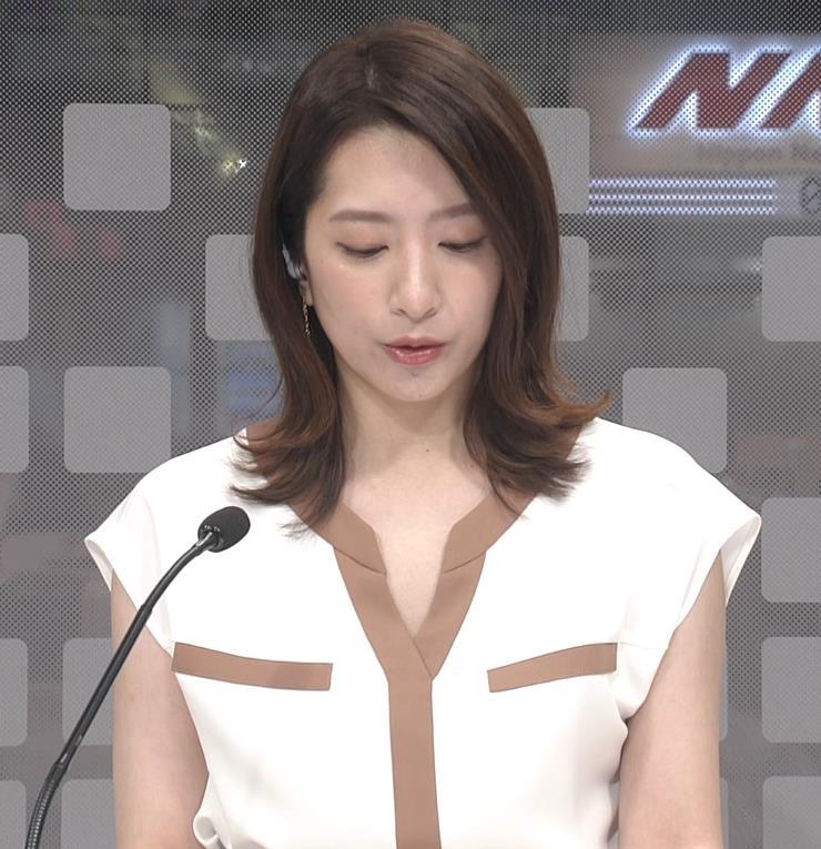笹崎里菜アナ ちょっと胸元開いた服キャプ・エロ画像2