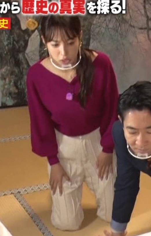 鷲見玲奈 胸を突き出す横乳キャプ・エロ画像9