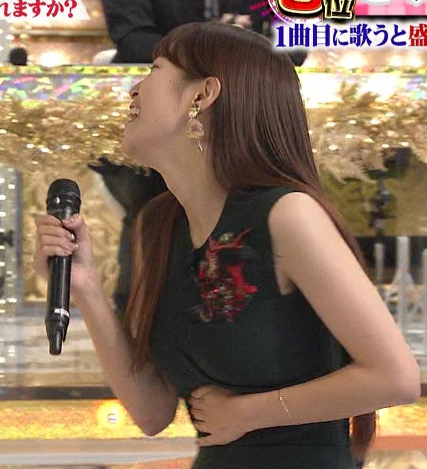 鷲見玲奈 両腕をあげてワキ全開キャプ・エロ画像3