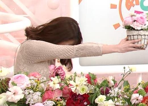 鈴木唯アナ くっきり横乳キャプ・エロ画像9