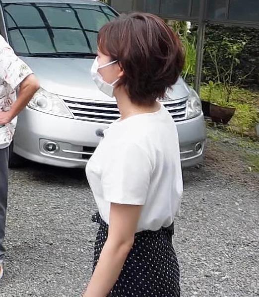 田中瞳アナ Tシャツ横乳キャプ・エロ画像7