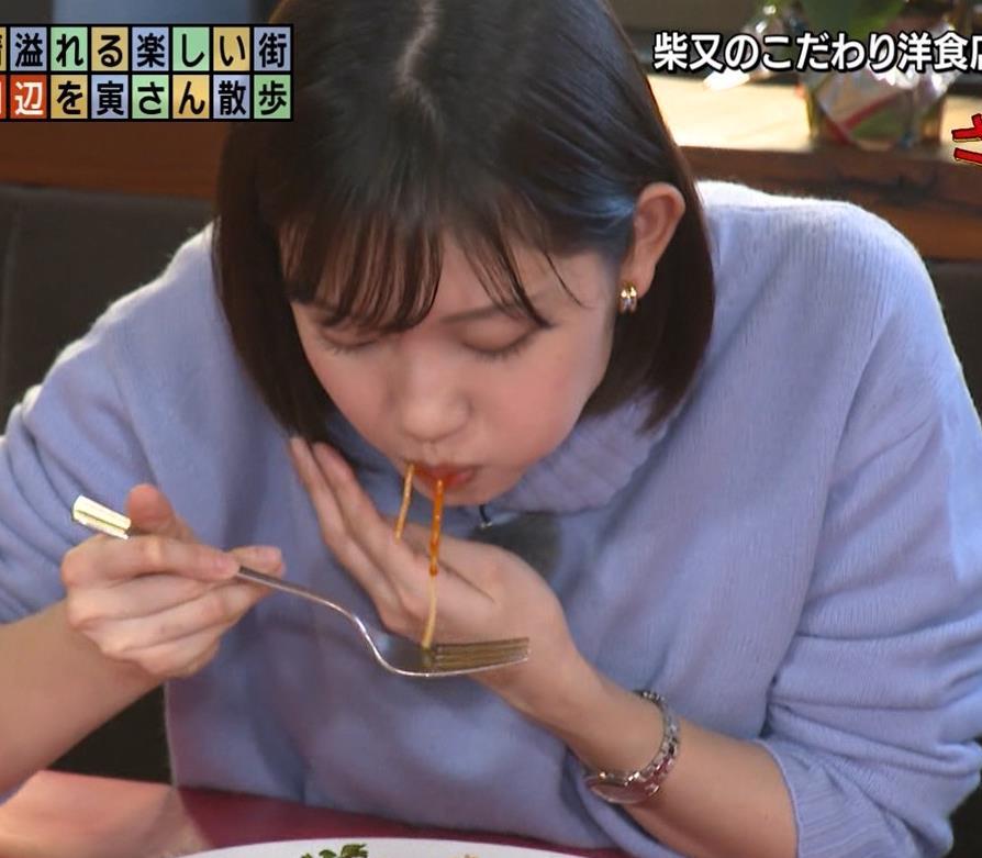 田中瞳アナ ピチピチなパンツスタイルで自転車に乗るお尻キャプ・エロ画像