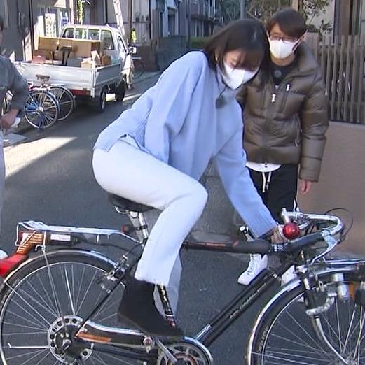 田中瞳アナ ピチピチなパンツスタイルで自転車に乗るお尻キャプ・エロ画像3