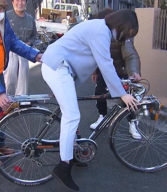 田中瞳アナ ピチピチなパンツスタイルで自転車に乗るお尻キャプ・エロ画像4