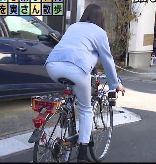 田中瞳アナ ピチピチなパンツスタイルで自転車に乗るお尻キャプ・エロ画像6