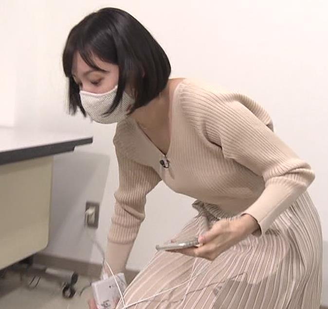 田中瞳アナ Vネックのニットで前かがみキャプ・エロ画像